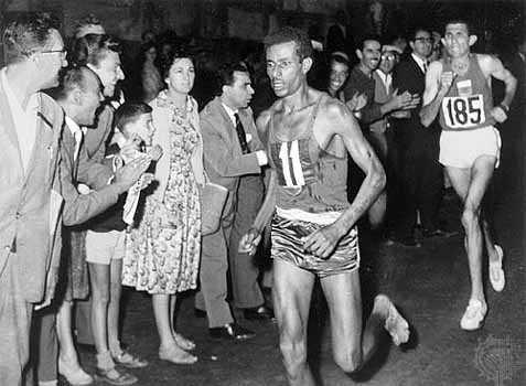 Abebe Bikila: El maratonista del oro olimpico… DESCALZO…