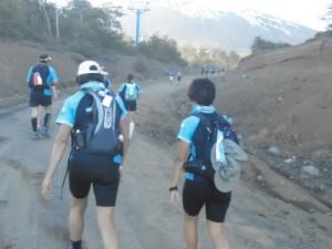 Trepamos 2 kilómetros desde donde nos dejó el bus hasta la largada