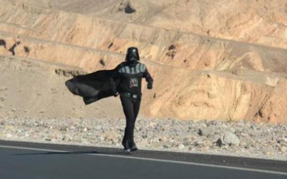 Se disfraza de Darth Vader para correr a 53 grados
