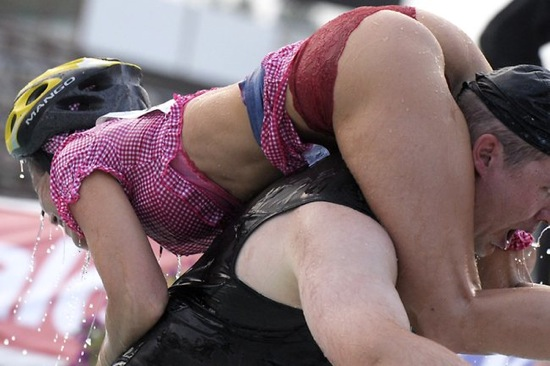 "Carreras locas: ""Mundial de levantamiento de esposas"" (World Wife Carrying Championships)"