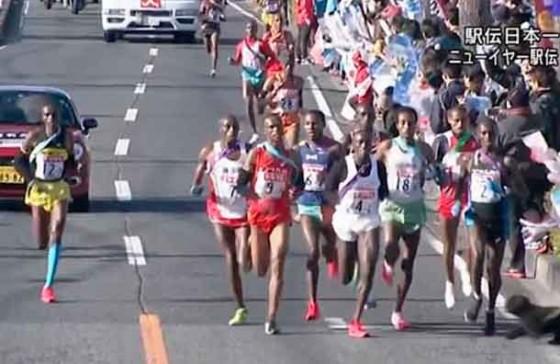 Atleta keniata pierde una ultramaratón de 100k por tropezar con un perro