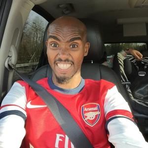 Farah con la camiseta del Arsenal de Londres - Locos por correr