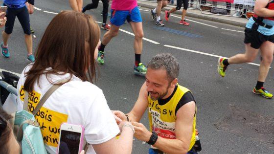VIDEO: le pegó el muro y le propuso matrimonio a su novia en el Km 38 de una maratón