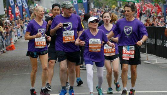 Mujer de 94 años termina media maratón y es la finisher más longeva del mundo