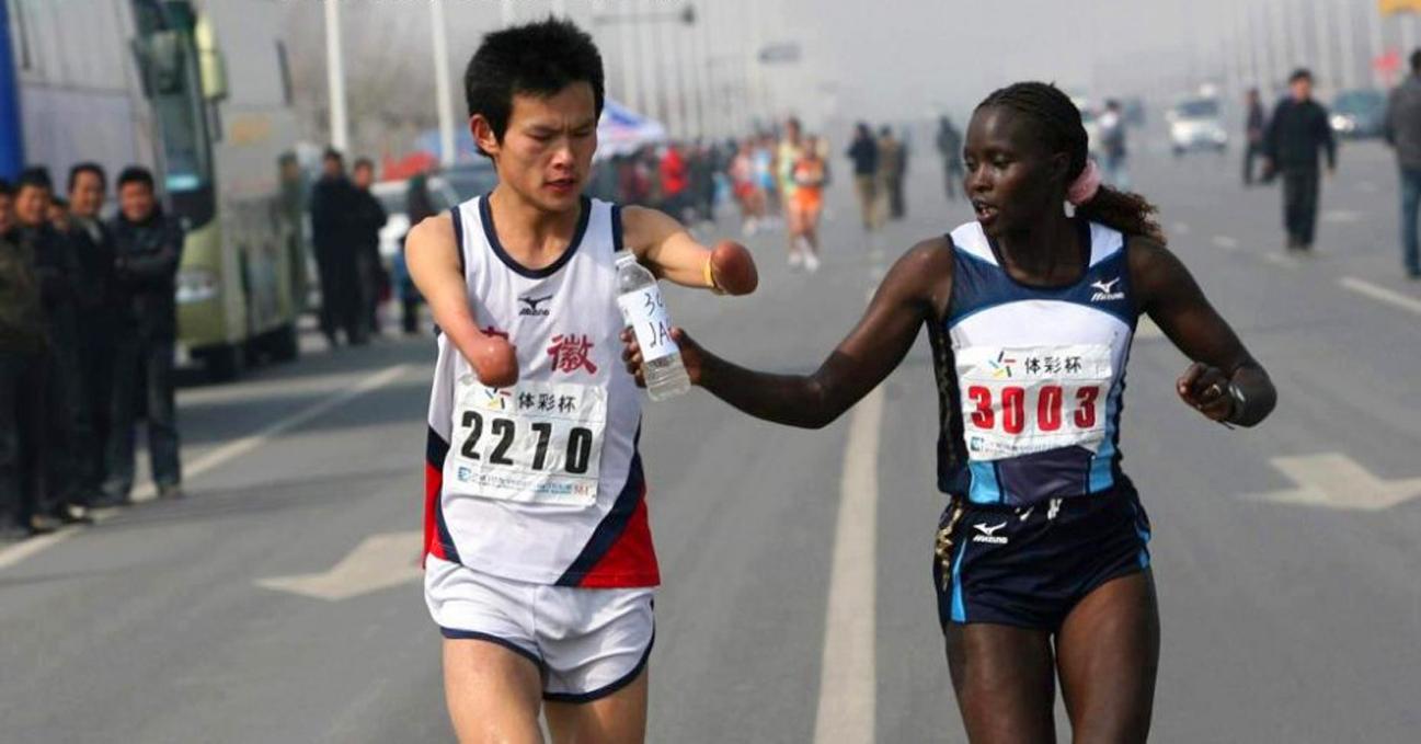 Jacqueline Kiplimo Ayuda a discapacitado en maraton Locos Por Correr