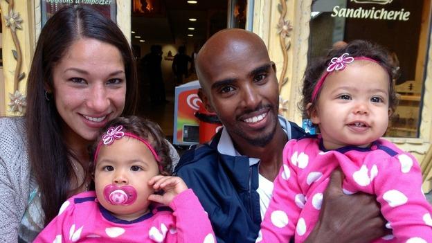 Farah con su esposa y sus mellizas - Locos por correr