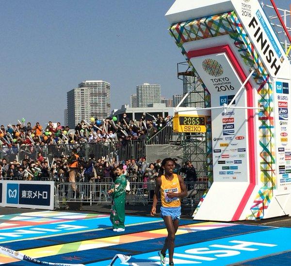Feyisa Lilesa Maratón de Tokio - Locos por correr