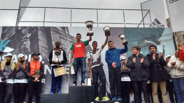 Podio masculino 21k Media MAratón ciudad de Rosario - Locos por correr
