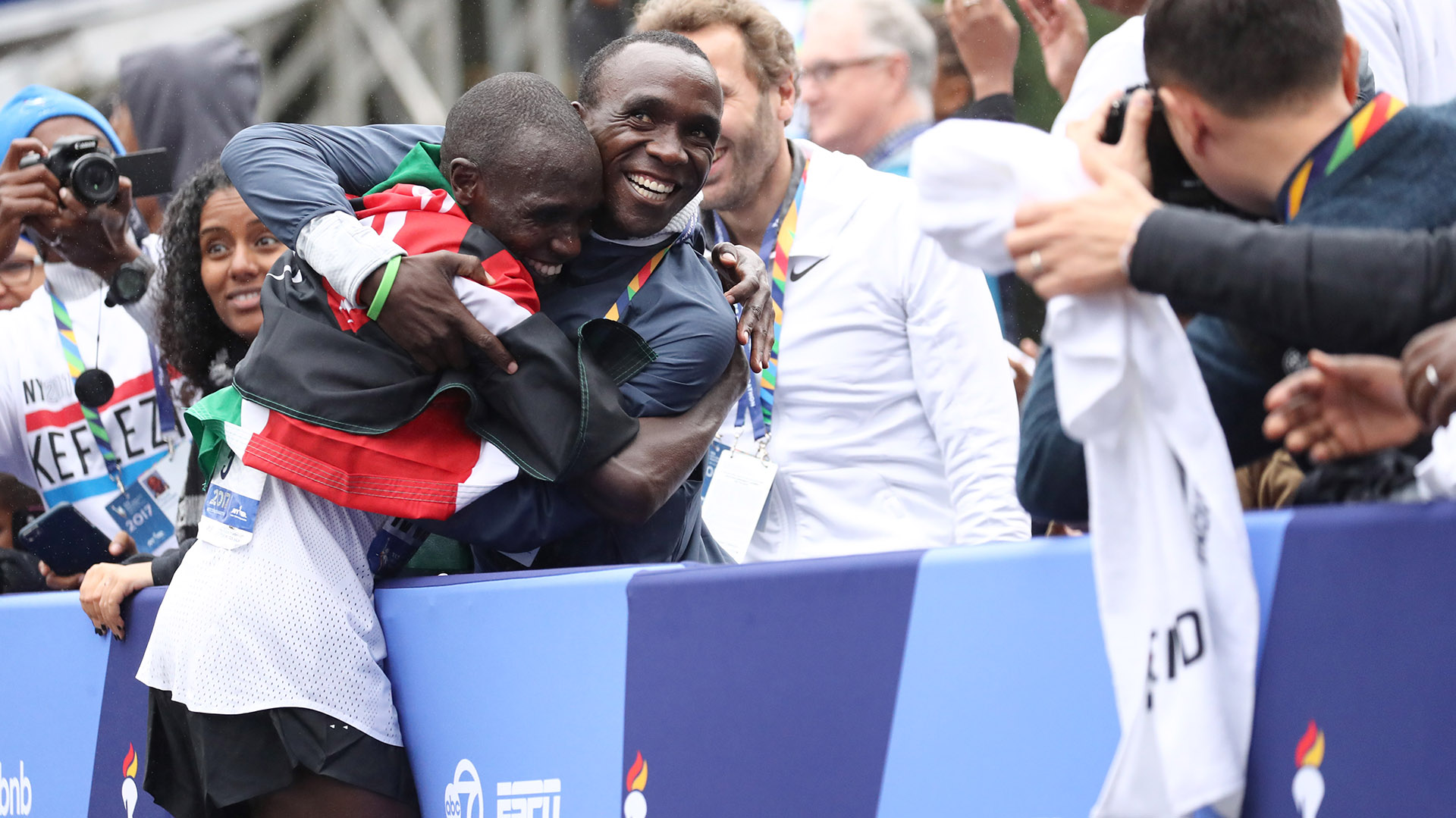 NEW YORK, NY - NOVEMBER 05: Geoffrey Kamworor of Kenya celebrates winning the Professional Men's Division during the 2017 TCS New York City Marathon in Central Park on November 5, 2017 in New York City. (Photo by Elsa/Getty Images)